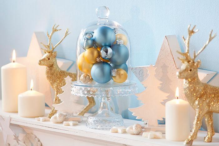 Dekoration mit Glaskugeln passend zur Weihnachtstorte mit Tannenbäumen