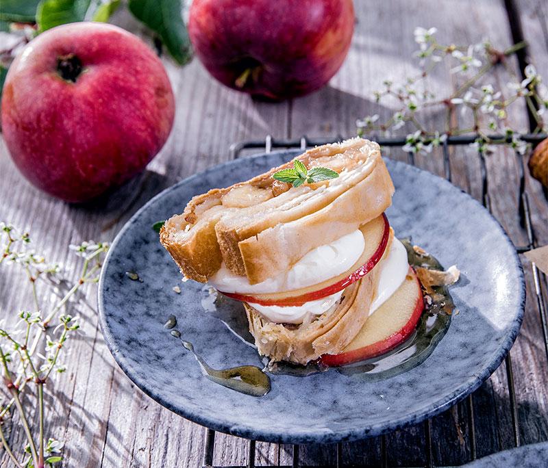 Ein Stück Apfelstrudel toll geschichtet mit leckeren Apfelscheiben