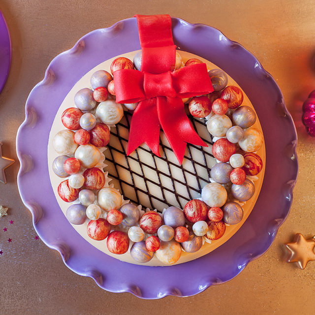 Weihnachtstorte Rezept Marzipantorte mit Kugel-Dekor