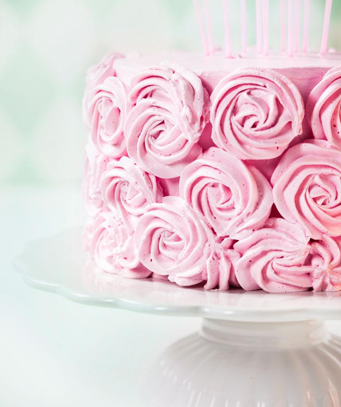 Geburtstagstorte in Rosa mit eigener Deko