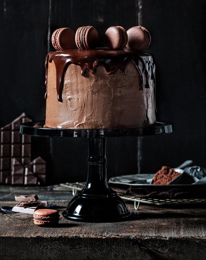 Geburtstagstorte mit Schokolade und Macarons