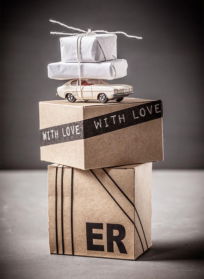 Geschenkpackungen und Design für Geburtstagstorte mit dunkler Schokolade