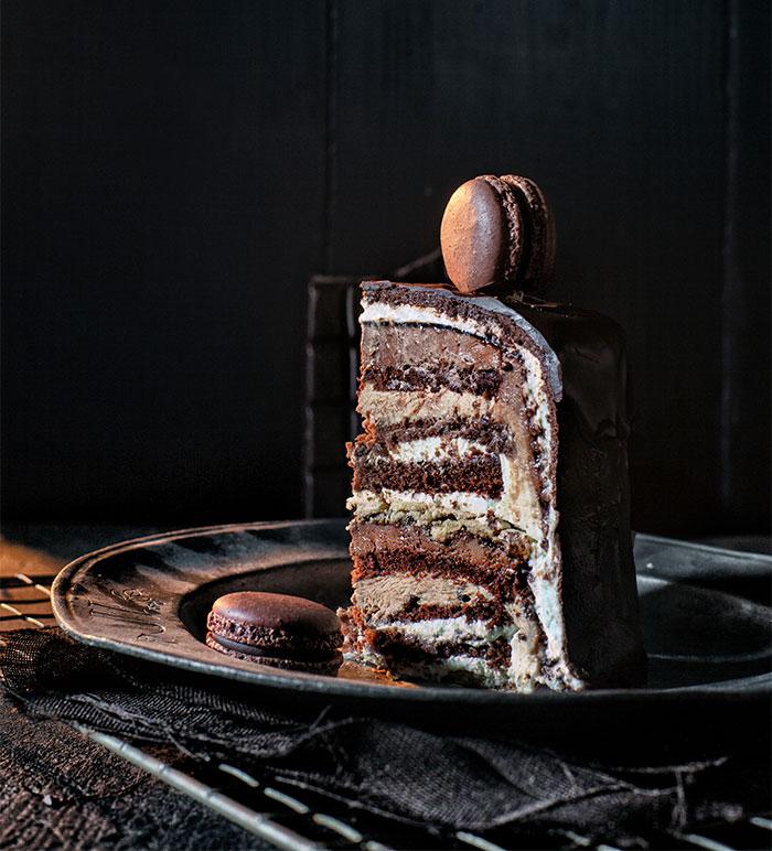 Tortenstück Geburtstagstorte aus Schokolade mit Macarons