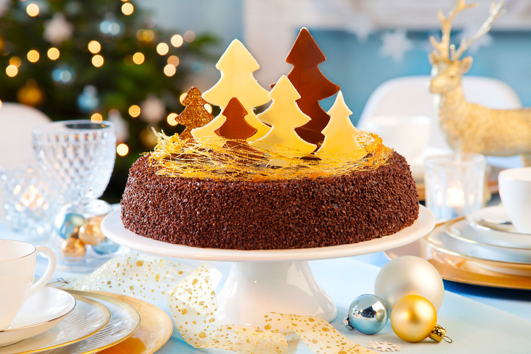 Zubereitung Weihnachtstorte mit Tannenbäumen aus Schokolade dekoriert