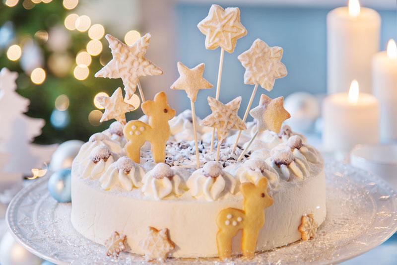 Weihnachtstorte mit Sternen und Rehen aus Keksen