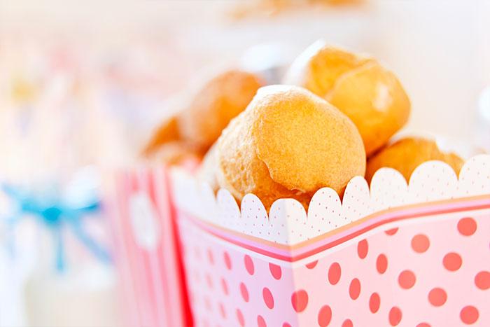 Windbeutel als Dessert zur Babyparty dekoriert