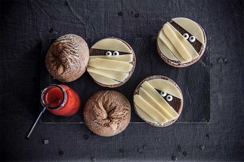 Brötchen zu Halloween dekoriert als Alternative zu Kuchen