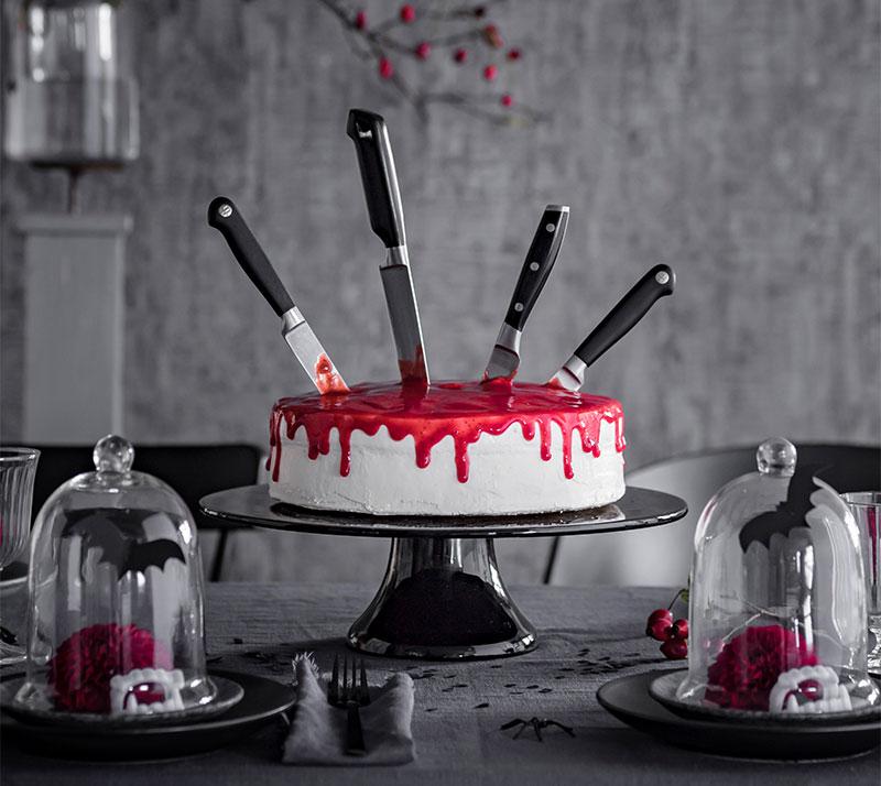 Halloween Kuchen mit Messern und roter Soße