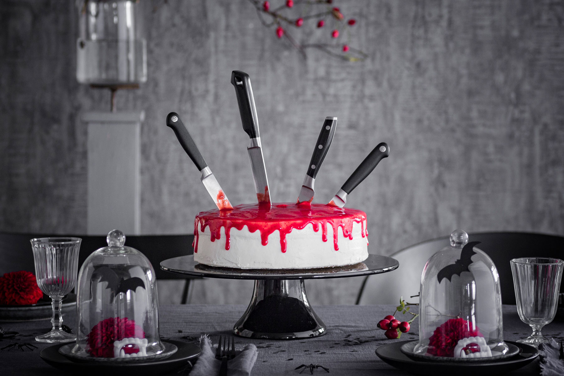 Halloween Kuchen Rezept und Deko mit Messern und roter Soße