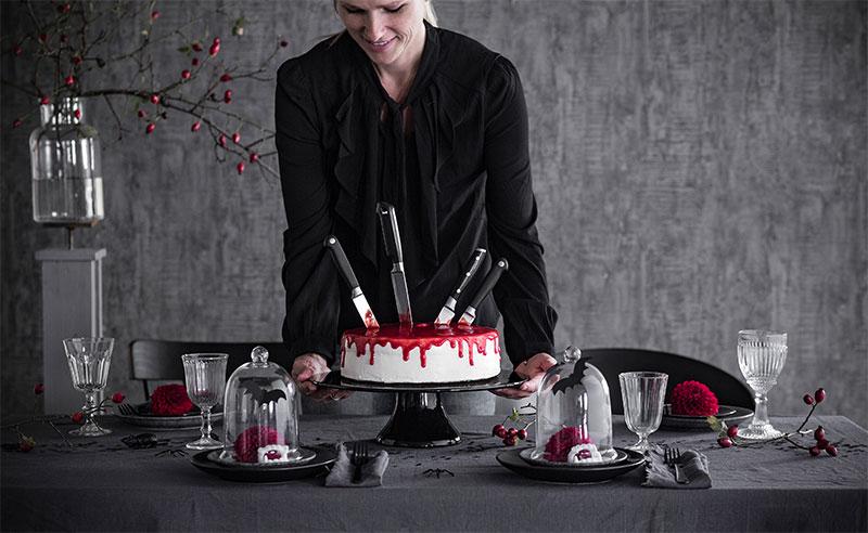 Halloween Kuchen selbstgemacht auf gruselig gedecktem Tisch