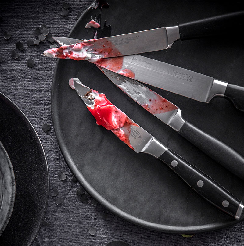 Messer als Deko für Halloween Kuchen mit Soße