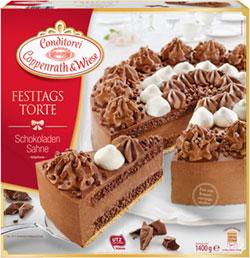 Stilvoll angerichtete Torten-Desserts zu Weihnachten
