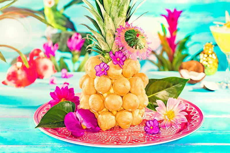 Ananas aus Windbeuteln geformt mit Deko aus Früchten