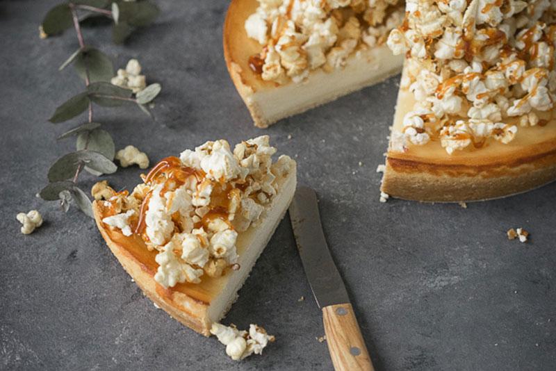 Aufgeschnittener Käsekuchen mit Karamellund Popcorn