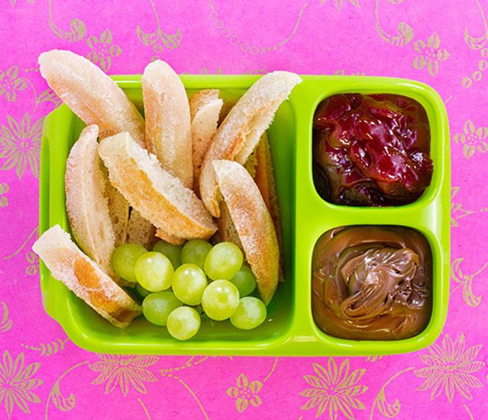 Bento Box gefüllt mit Baguette-Sticks und zweierlei Dips