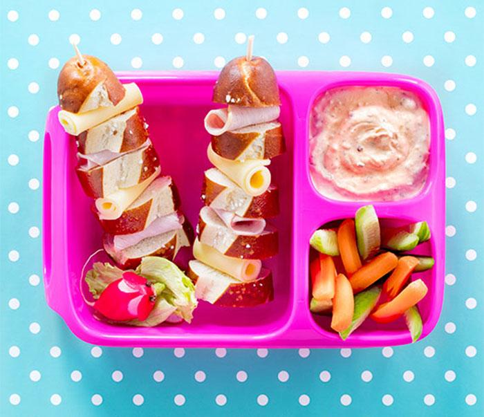 Bento Box gefüllt mit Laugenstange und Dip