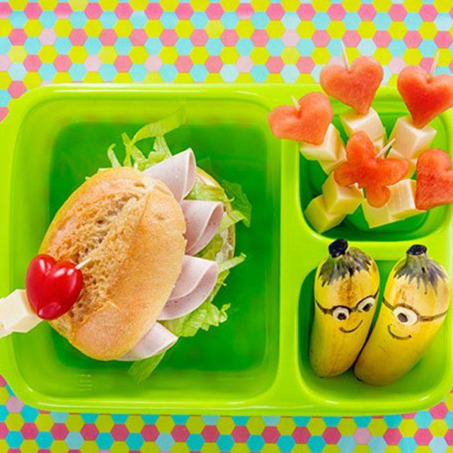 Bento Box gefüllt mit Mini-Bananen und herzhaft belegtem Brötchen