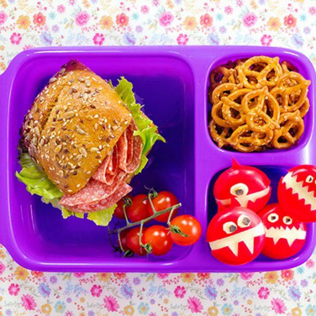 Bento Box gefüllt mit Mini-Käse und belegtem Brötchen