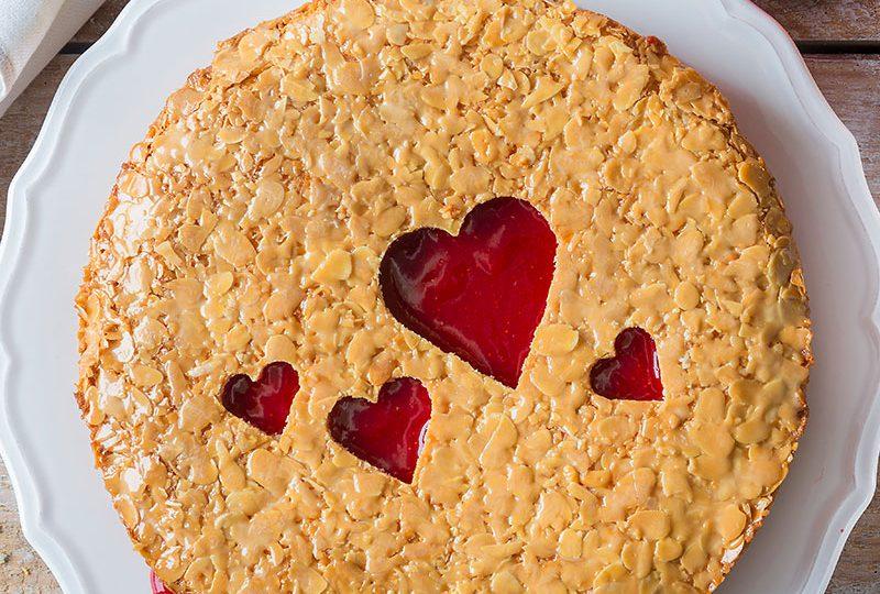Bienenstich Rezept und Inspiration als Valentinstagkuchen mit ausgestochenen Herzen