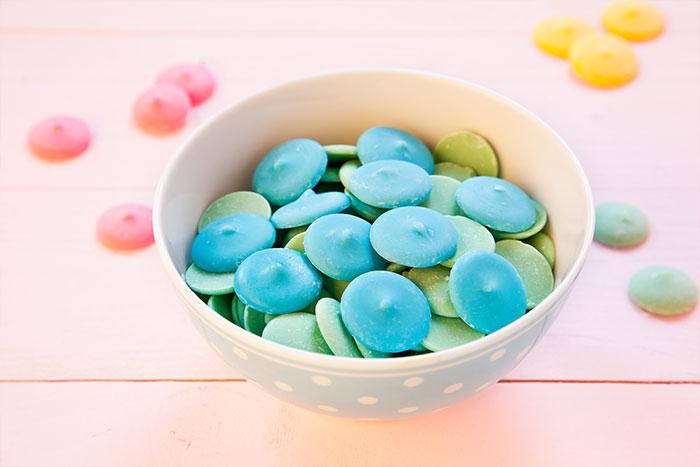 Blau gefärbte Schokodrops für Cake Pops