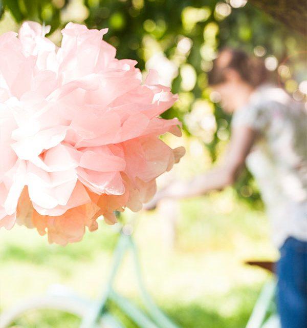 Blumendeko passend zum Picknick mit Kuchen