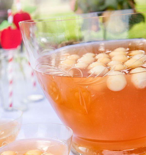 Bowle mit Cidre und Apfelstückchen