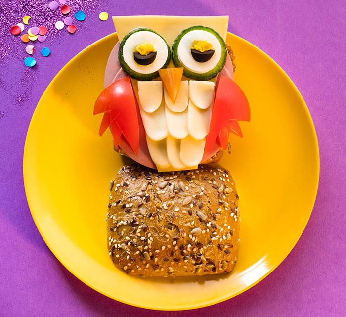 Brötchen dekoriert als Eule als Fun Food zu Karneval
