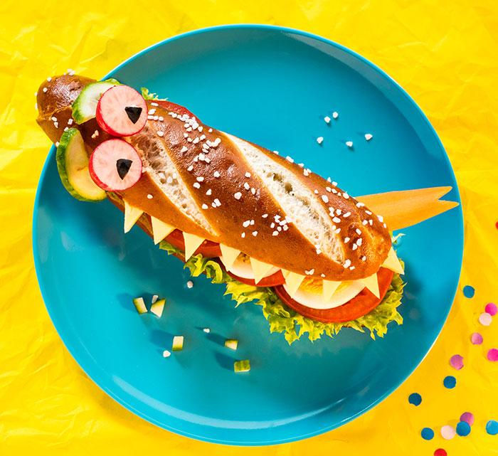 Brötchen dekoriert als Krokodil als Fun Food zu Karneval