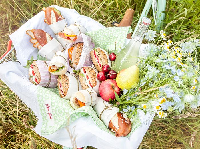 Brötchen lecker belegt und hübsch verpackt fürs Picknick