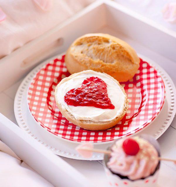 Brötchen mit Marmeladenherz passend zum Kuchen zum Valentingstag