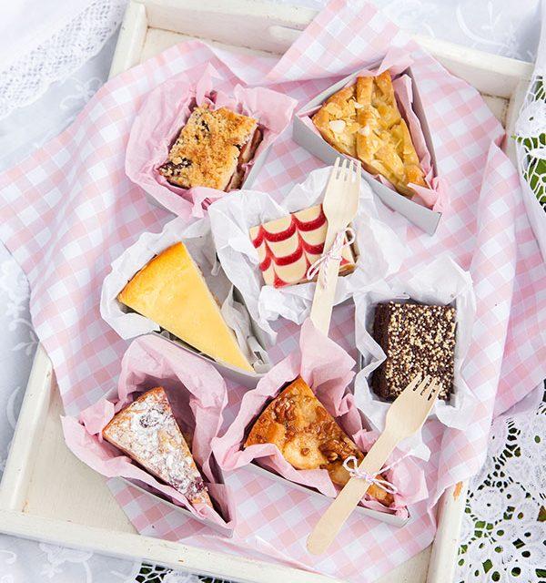 Bunte Kuchenplatte serviert beim Picknick