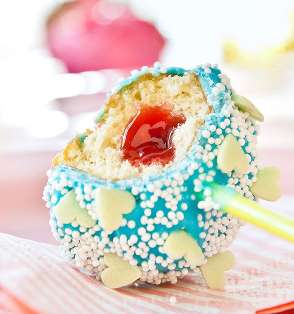 Cake Pop am Stiel mit blauer Glasur und Herzchendeko