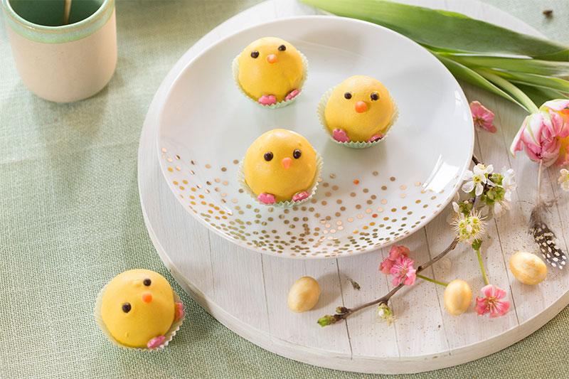 Cake Pop Küken als Kuchen für Ostern auf Teller drapiert