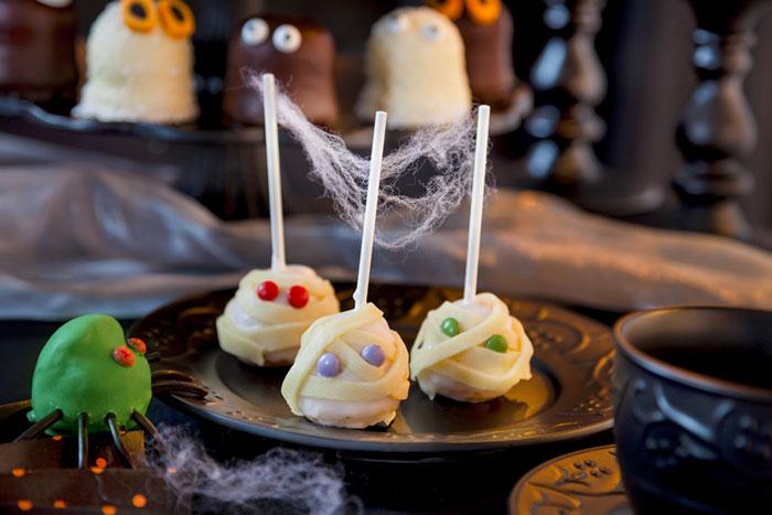 Cake Pops als Halloween-Kuchen im Mumien-Design