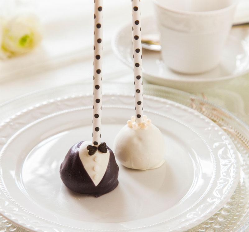 Cake Pops liebevoll dekoriert passend zum Hochzeitskuchen in Schwarzweiß