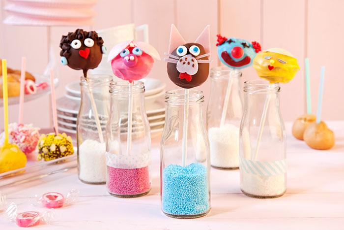Cake Pops selbstgemacht mit Gesichtern verziert