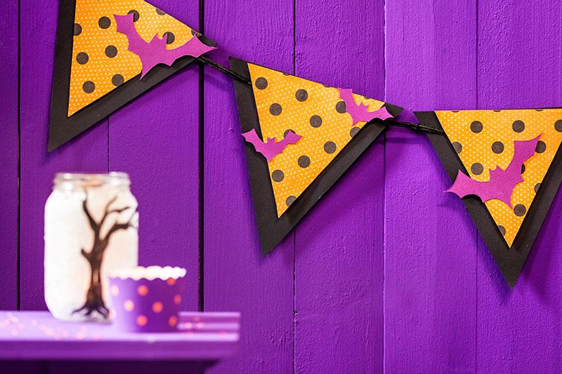 Deko passend zu Halloween Kuchen mit Windlicht und Girlande
