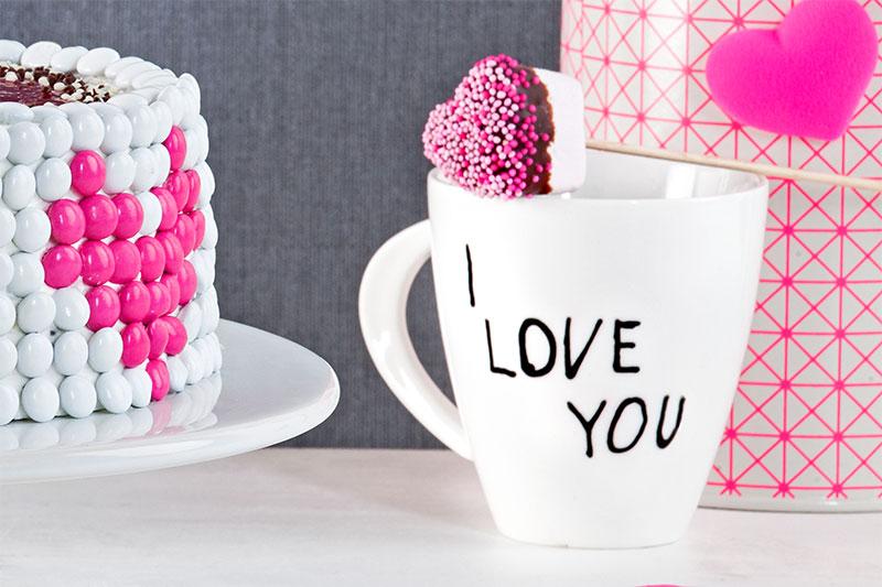 Dekoration und Schokolinsen zur Torte zum Valentinstag