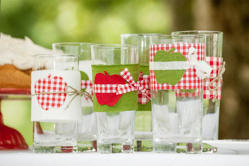 Dekorierte Gläser für herbstliche Tafel mit Apfelkuchen