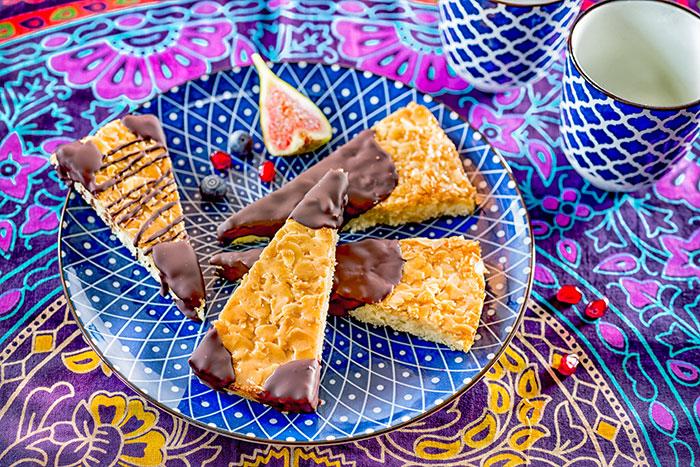 Dekorierte Hochzeitskuchenstücke mit Schokolade
