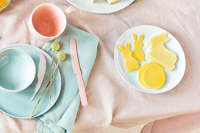 Dekorierte Käsescheiben für Osterbrunch plus Tischdeko