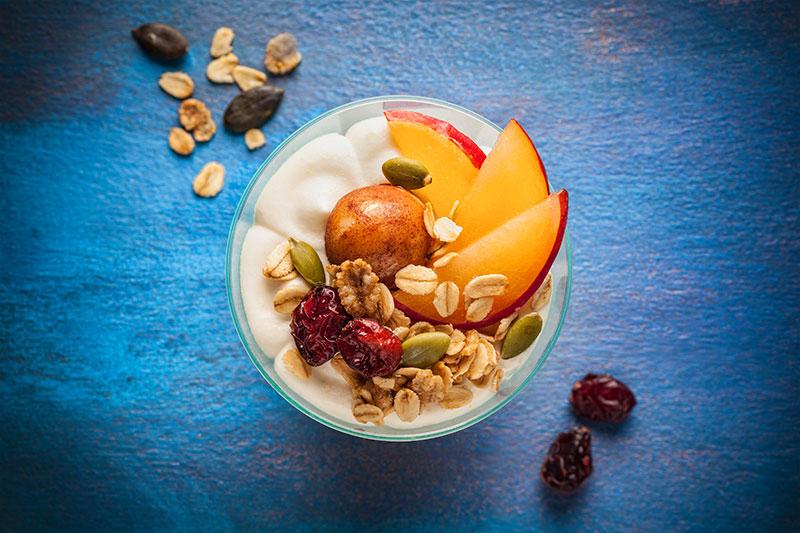 Dessert als Sweet Bowl mit Haferflocken und Früchten dekoriert