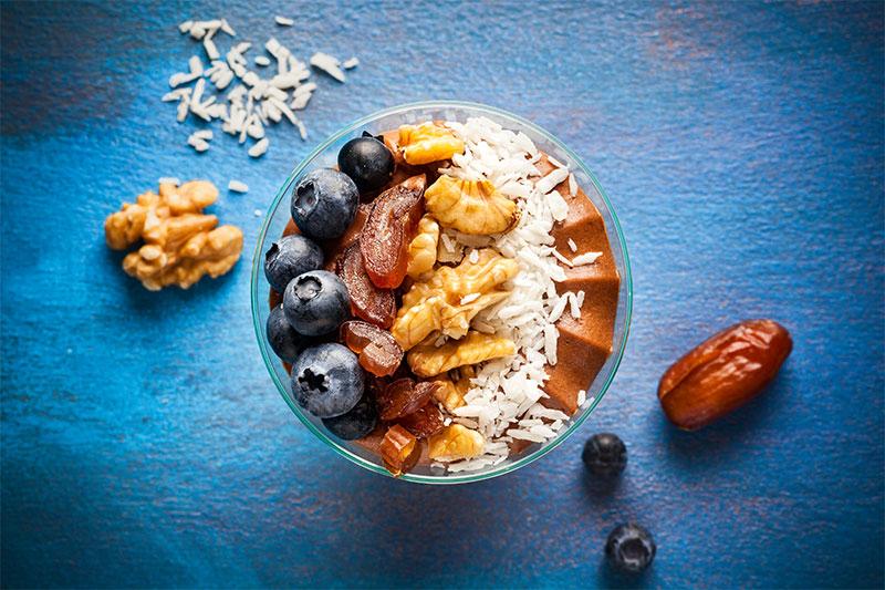 Dessert als Sweet Bowl mit Nüssen und Früchten dekoriert