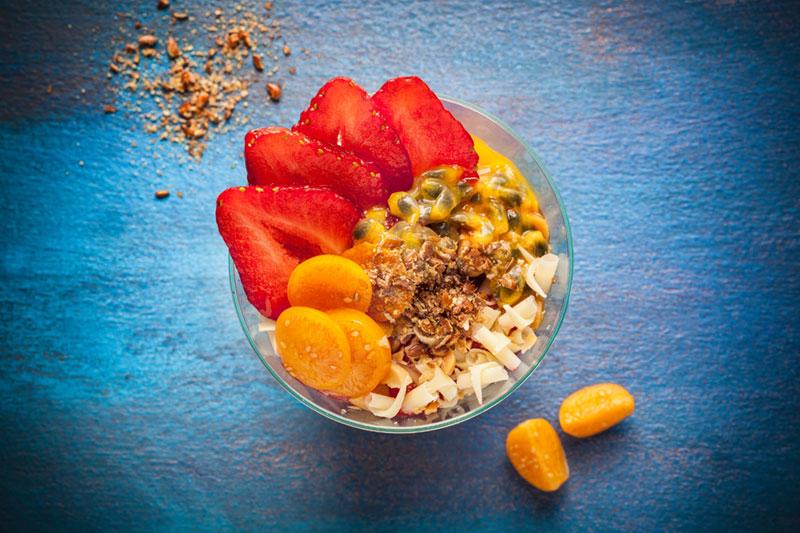 Dessert im Glas als Sweet Bowl mit weißer Schokolade und Erdbeeren