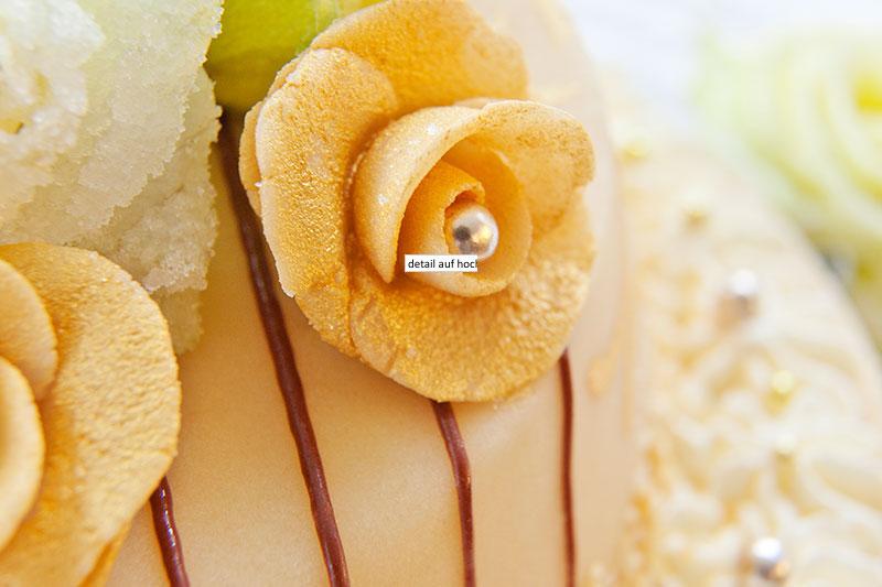 Detail auf Hochzeitstorte als Blumenrose mit Perle