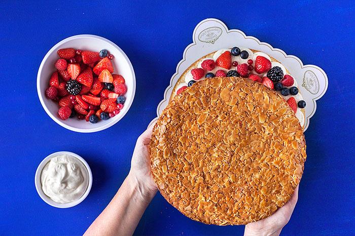 Doppeldecker-Beerenkuchen mit Sahne wird geschichtet