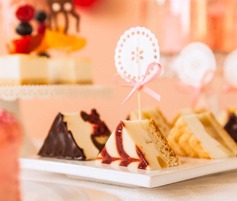 Dreieckige Kuchen raffiniert serviert und dekoriert