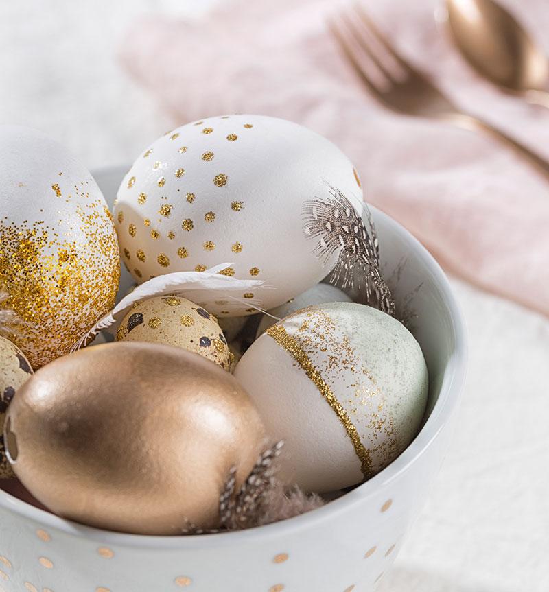 Farbig mit Gold dekorierte Eier passend zur Torte zu Ostern