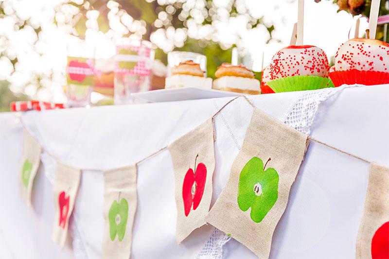 Festliche Tafel mit Apfelkuchen selbst dekoriert