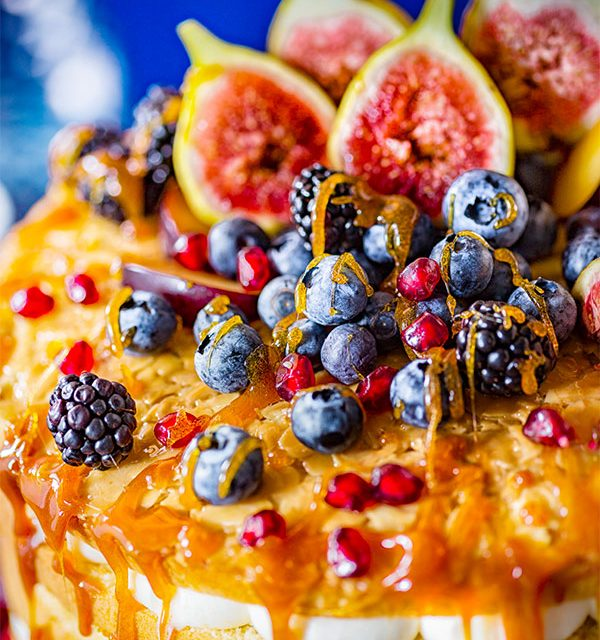 Früchte auf Hochzeitstorte mit Karamellsoße